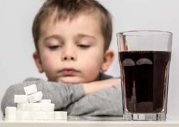 Junge vor Soft Drink, Zuckerwürfel