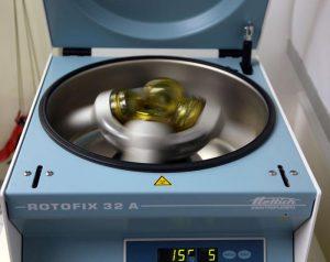 In der Zentrifuge wird das Eigenblut in seine Bestandteile zerlegt
