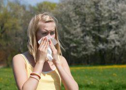 Frau mit Pollenallergie, Heuschnupfen