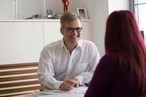 Dr. med. Martin Kranich spricht mit Patientin