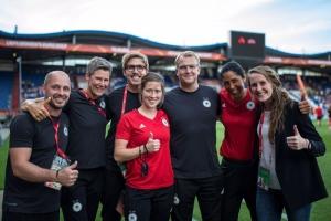 Carsten Lueg mit Team U20-Fußballerinnen