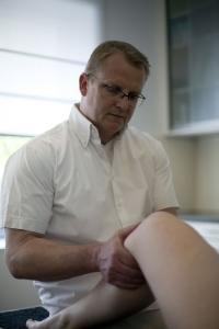 Orthopäde Carsten Lueg untersucht Knie, Kreuzbandriss