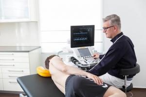 Vorhofflimmern, Kardiologe Peterek untersucht